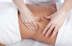 mulher recebendo massagem para emagrecer
