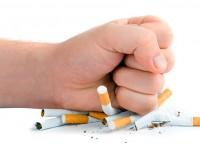 pessoa destruindo cigarros