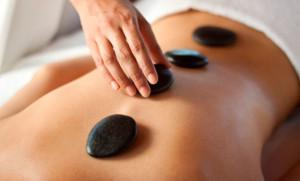 Benefícios da massagem com pedras quentes
