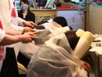 Chineses realizando a massagem com facas