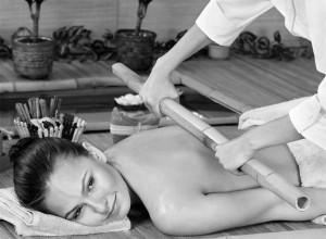 Mulher recebendo massagem de bambuterapia